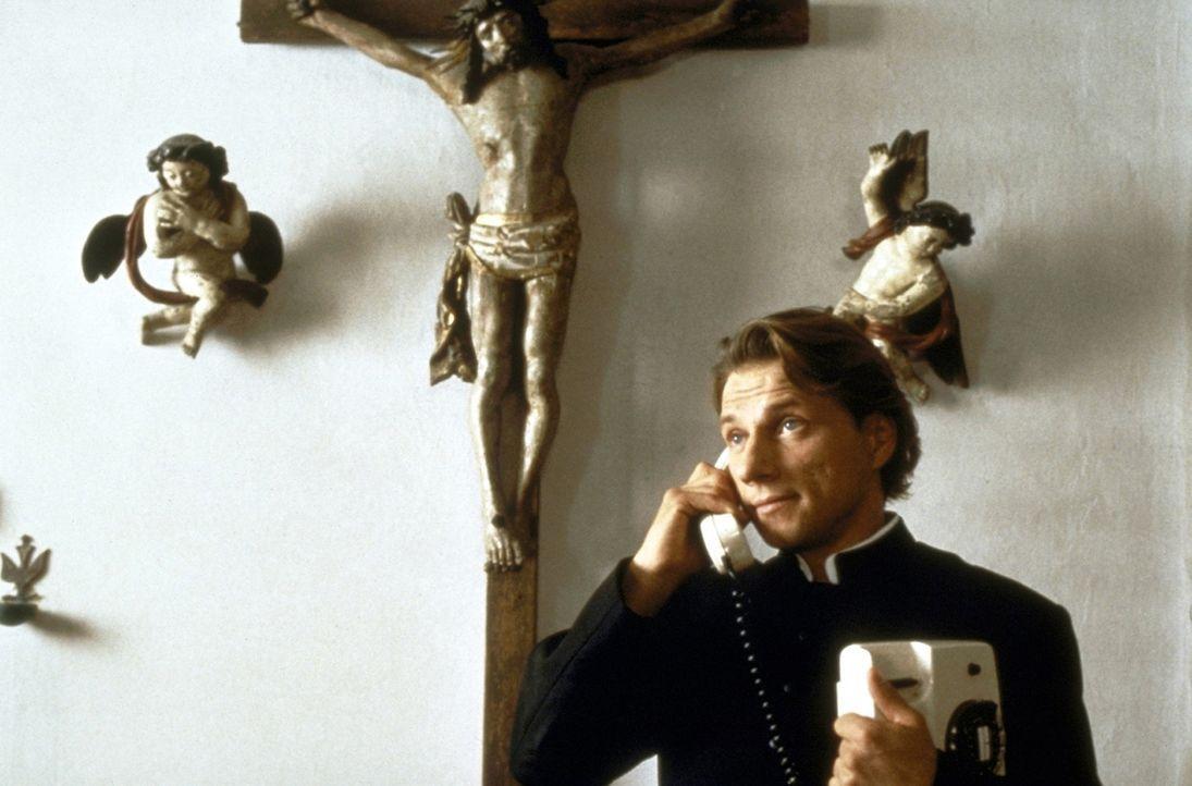Der katholische Priester Johannes (Richy Müller) übernimmt mit Gottes Beistand auch sehr, sehr ungewöhnliche Aufgaben ... - Bildquelle: Rolf von der Heydt ProSieben
