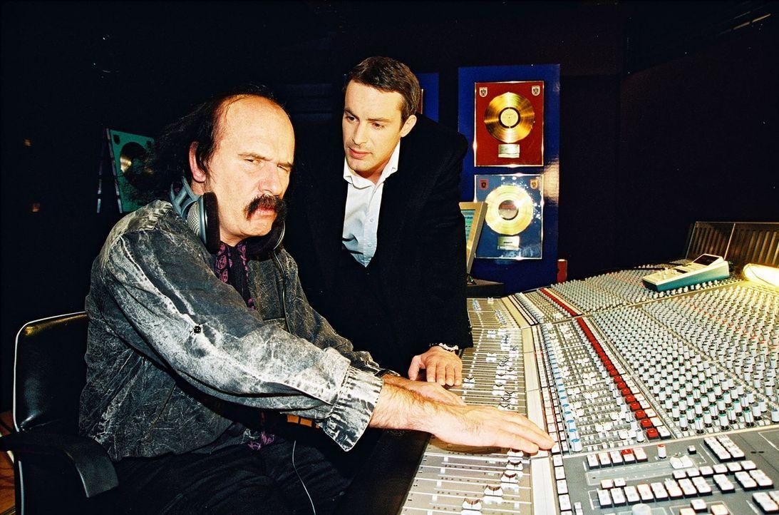 Kommissar Brandtner (Gedeon Burkhard, r.) verhört den Tontechniker (Stefan Weber, l.), in dessen Studio die Leiche der jungen Sängerin Michelle Lang... - Bildquelle: Ali Schafler Sat.1