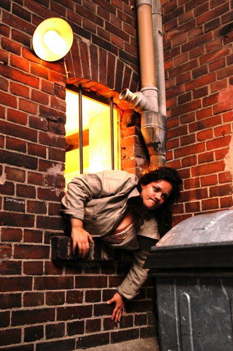 Aus Angst, ihr Chat-Freund Stefan könne von ihr enttäuscht sein, verlässt Alma (Katrin Filzen) den Treffpunkt durch einen etwas zu engen Hinterausga... - Bildquelle: Willi Weber ProSieben