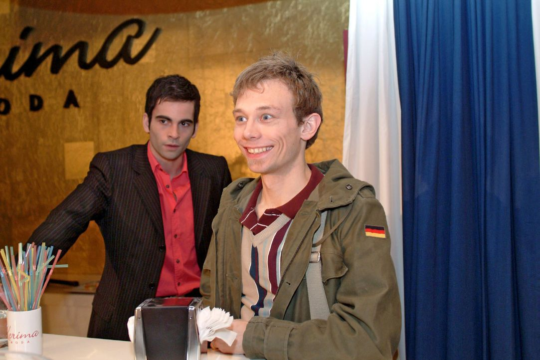 Jürgens (Oliver Bokern, r.) gibt sich vor David (Mathis Künzler, l.) jovial als Finanzexperte aus - was nicht besonders gut ankommt ... - Bildquelle: Monika Schürle Sat.1