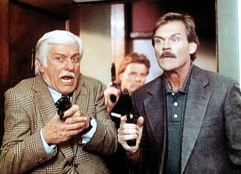 Dr. Mark Sloan (Dick Van Dyke, l.) nimmt an einer Polizeiübung teil, bei der ihn der Polizist Eugene Vicker (John Beck, r.) begleitet. - Bildquelle: Viacom