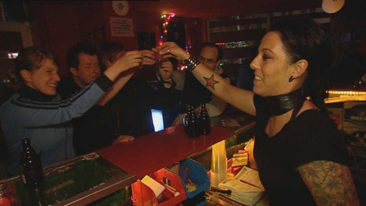 Vernarrt in St. Pauli - Ein Stadtteil macht Furore: Louisa ist nachts Barfrau Lily (r.) und tagsüber Sozialarbeiterin ... - Bildquelle: SAT.1