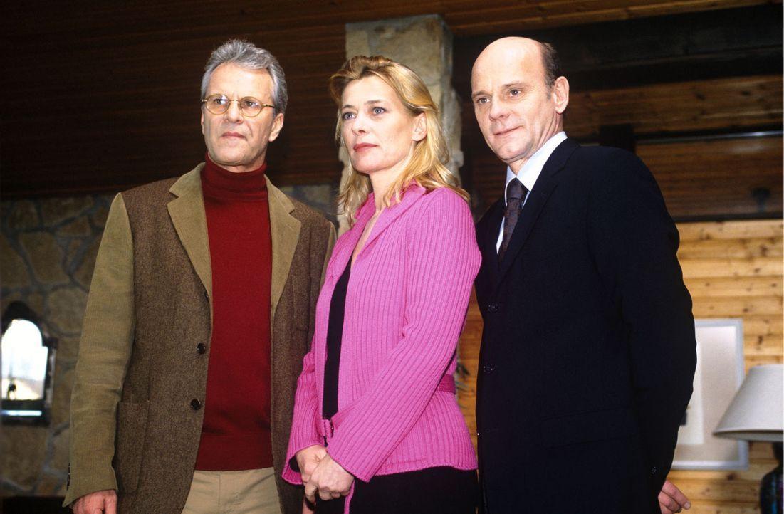 Beim Fototermin mit Isabella (Barbara Rudnik, M.) und Schorlemmer (Peter Sattmann, l.) setzt sich Schosser (Ulrich Gebauer, r.) unverblümt in Szene... - Bildquelle: Magdalena Mate Sat.1
