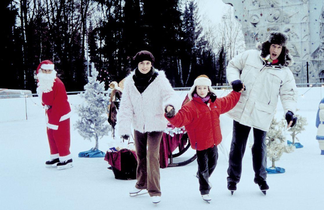"""Auf dem Eis macht der """"berühmte Polarforscher"""" Volker (Heio von Stetten, r.) keine gute Figur, sehr zum Leidwesen von Taffy (Nina Gummich, M.) und J... - Bildquelle: Christian A. Rieger ProSieben"""