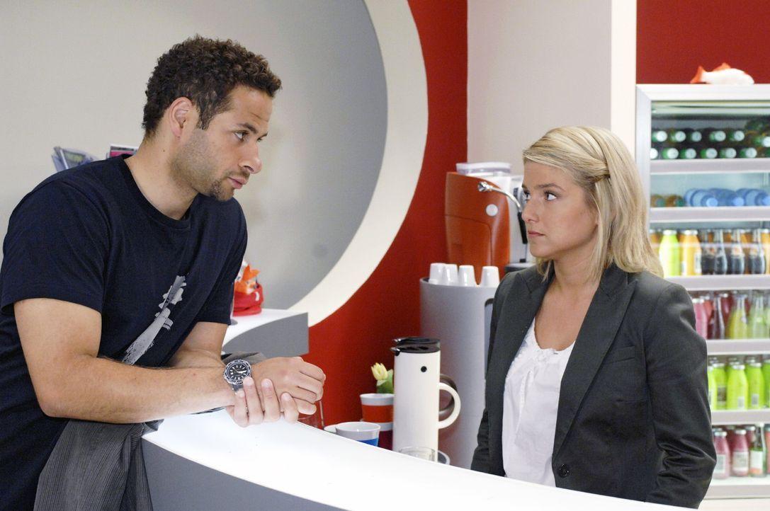 Anna (Jeanette Biedermann, r.) wird von Jannick (Mike Adler, l.) mit einer neuen Aufgabe betraut. - Bildquelle: Oliver Ziebe Sat.1