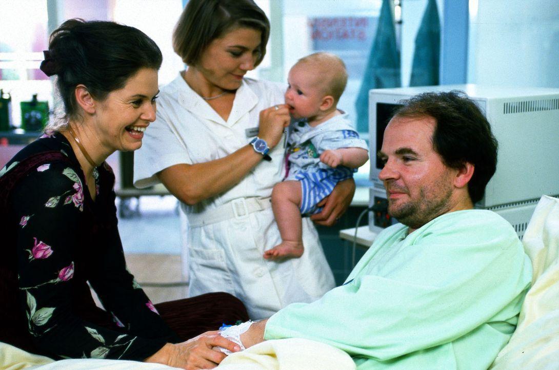 Der Journalist Julius Sturm (Veit Schubert, r.) wird mit seinem Sohn Anton ins Luisenkrankenhaus eingeliefert. Bei einer Untersuchung stellt sich he... - Bildquelle: Noreen Flynn Sat.1