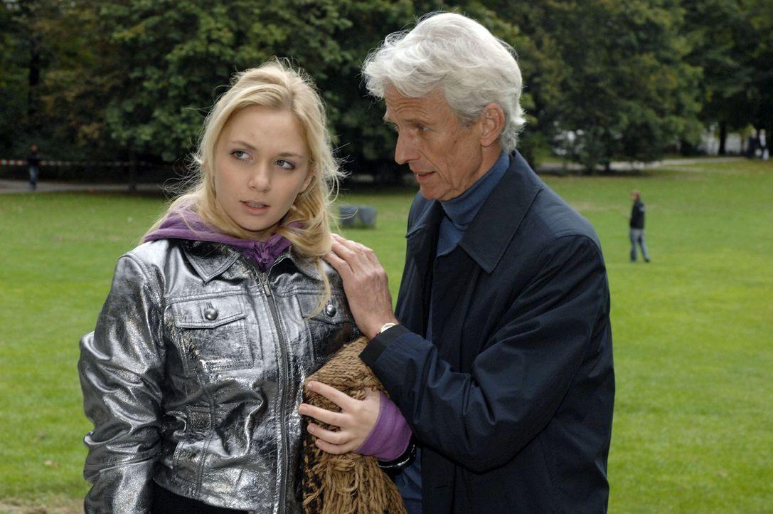 Robert (Mathieu Carrière, r.) findet Lily (Jil Funke, l.) in einem Park. - Bildquelle: Oliver Ziebe Sat.1