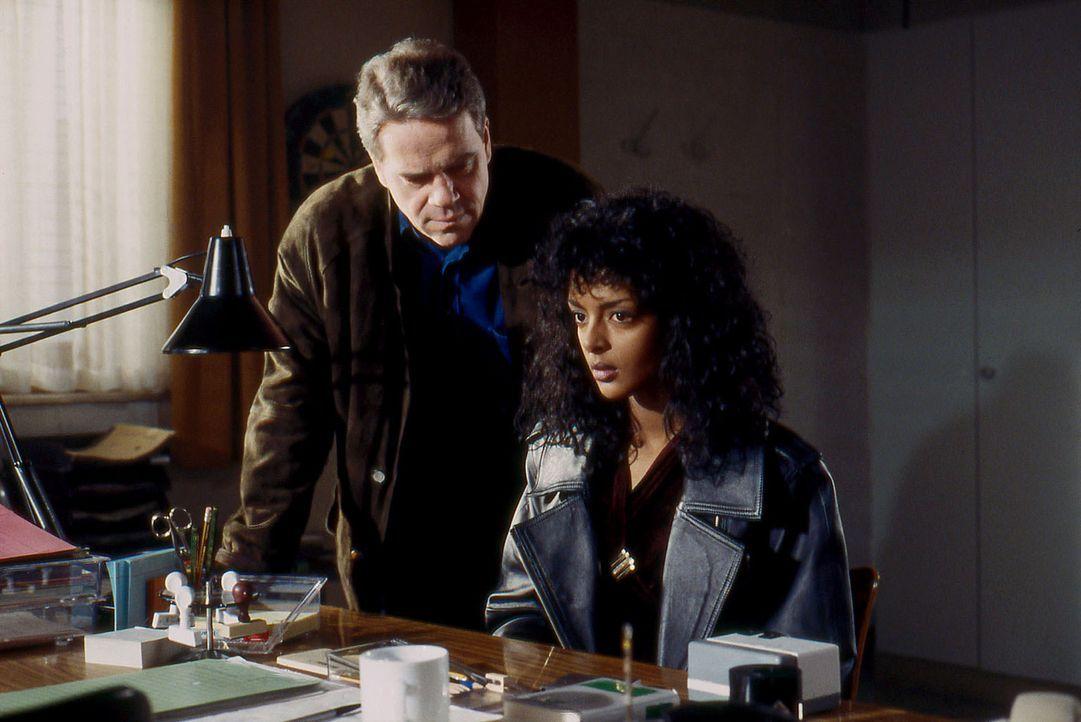 Kommissar Wolff (Jürgen Heinrich, l.) befragt das Dienstmädchen Funny Moore (Dennenesch Ninning, r.), das die Leiche seiner Arbeitgeberin im Hotel... - Bildquelle: Alfred Raschke Sat.1