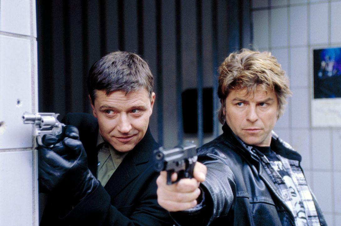 Taube (Christian M. Goebel, l.) und Jupp (Uwe Fellensiek, r.) versuchen, Gino aus Janinas Gewalt zu befreien ... - Bildquelle: Dobrivoie Kerpenisan Sat.1