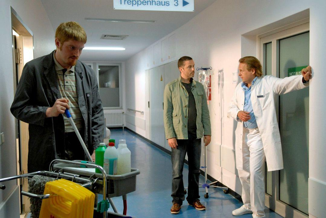 Benno (Denis Petkovic, M.) befragt den diensthabenden Arzt Dr. Modrow (Steffen Münster, r.) und kann gerade noch rechtzeitig verhindern, dass Hausme... - Bildquelle: Christoph Assmann Sat.1