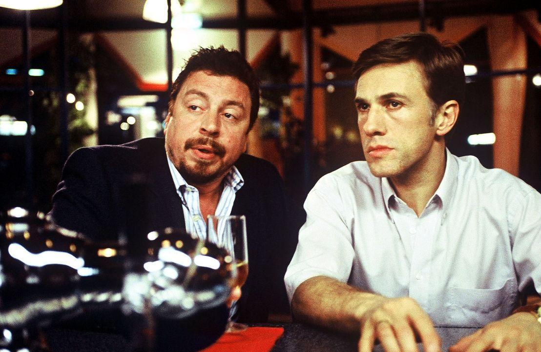 Im Hotel trifft Klaus-Dieter (Christoph Waltz, r.) unverhofft auf seinen alten Bekannten Wilmers (Armin Rohde, l.) - eine Begegnung mit Folgen ... - Bildquelle: Wolfgang Meier Sat.1