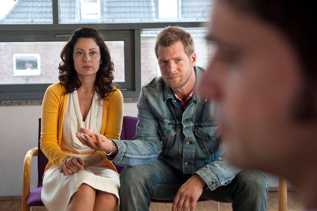 Mick (Henning Baum, r.) und Andreas ermitteln den Mord an der unscheinbaren Bibliothekarin Karin Hentschel - und stoßen auf deren überraschendes Geh... - Bildquelle: Martin Rottenkolber SAT.1