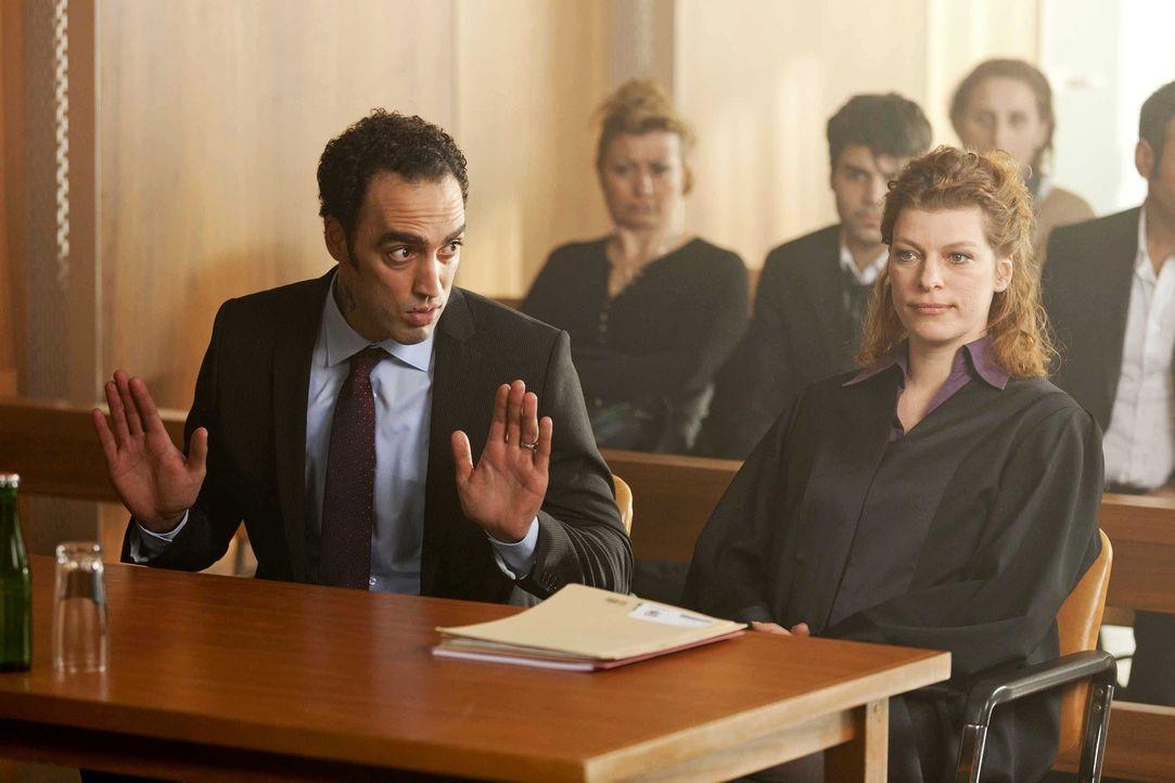 Haben Danni und ihr Mandant Patrick Hollerbach vor Gericht gegen Hassan (Samir Fuchs, l.) und seine Rechtsanwältin Frau Mai (Sakia Schwarz, r.) eine... - Bildquelle: Frank Dicks SAT.1