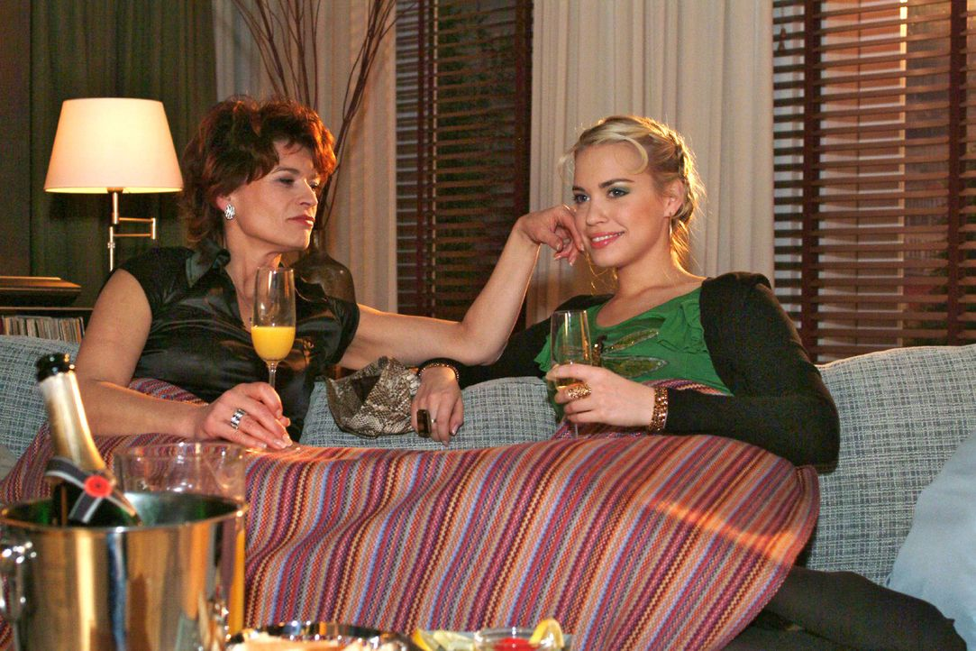 Sophie (Gabrielle Scharnitzky, l.) gelingt es, bei Kim (Lara-Isabelle Rentinck, r.) Misstrauen gegen Sabrina zu säen. - Bildquelle: Monika Schürle Sat.1