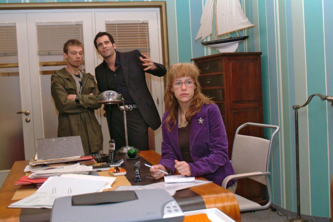 Lisa (Alexandra Neldel, r.) befürchtet, dass Jürgen (Oliver Bokern, l.) und David (Mathis Künzler, M.) sich immer mehr in ihre Wut auf Richard reins... - Bildquelle: Monika Schürle Sat.1