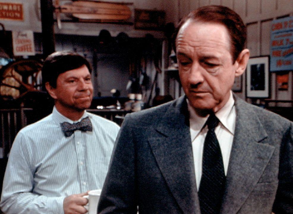 Stanley Perkins (William Schallert, r.) ist noch einmal in das Geschäft der Godseys gekommen, um sich auch von Ike (Joe Conley, l.) zu verabschieden. - Bildquelle: WARNER BROS. INTERNATIONAL TELEVISION