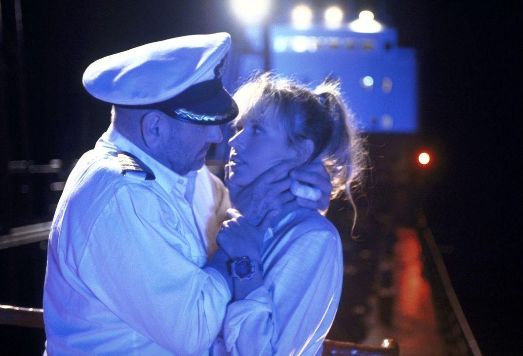 Suzanne (Anica Dobra, r.) würde ihr Herz gerne an Jonathan (Klaus Löwitsch, l.) verschenken, doch dieser hat eine Frau zu Hause ... - Bildquelle: Pfeiffer ProSieben