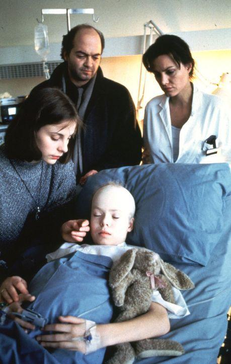 Verzweifelt bangen die Eltern Nele (Julia Jäger, l.) und Justus Bär (Florian Martens, hinten M.) um das Leben ihres an Krebs erkrankten Kindes Natas... - Bildquelle: Alfred Steffen Sat.1