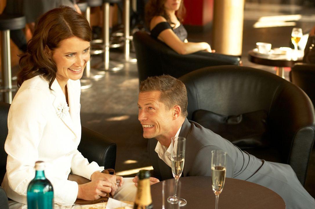 Mara (Anja Kling, l.) will Fred (Til Schweiger, r.) nur heiraten, wenn ihr nervtötender Sohn ihn akzeptiert. Um dessen Zustimmung zu bekommen, ist F... - Bildquelle: Senator Film