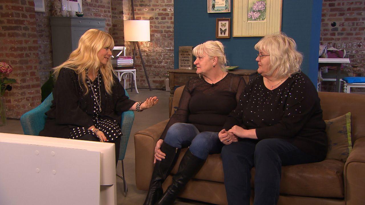 Jacqueline (r.) und Gabriela (M.) bitten Julia Leischik (l.) um Hilfe. Sie suchen ihre Schwestern, die sie seit fast 50 Jahren nicht mehr gesehen ha... - Bildquelle: SAT.1