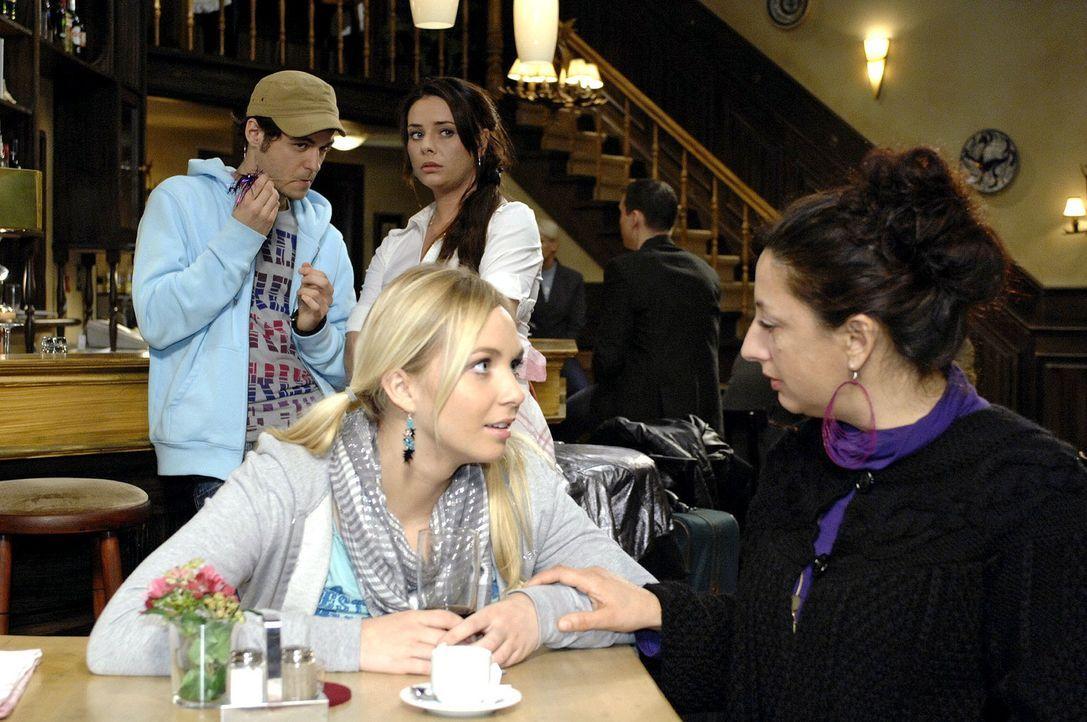 Paloma beobachtet skeptisch, wie ihre Tante Lily wahrsagt. v.l.n.r.: Maik (Sebastian König), Lily (Jil Funke), Paloma (Maja Maneiro), Consuela Greco... - Bildquelle: Oliver Ziebe Sat.1