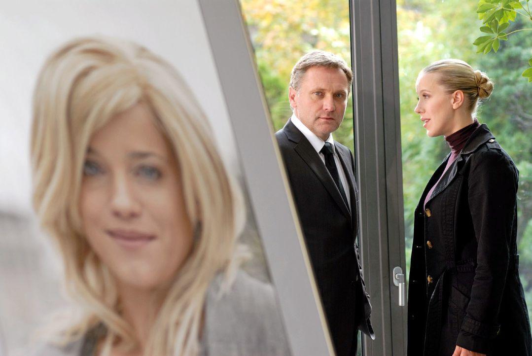 Bei der Trauerfeier für seine verstorbene Frau erzählt eine alte Freundin (Katharina Kaali, r.), dass sie Susanne (Muriel Baumeister, l.) vor Kurzem... - Bildquelle: Hardy Spitz Sat.1