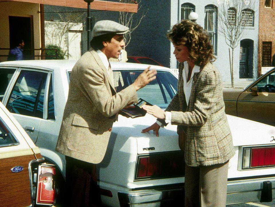 Raoul (Rudy Ramos, l.) hat den Wagen von Amanda (Kate Jackson, r.) angefahren. Das ist der Beginn einer Vielzahl von Verwicklungen ...