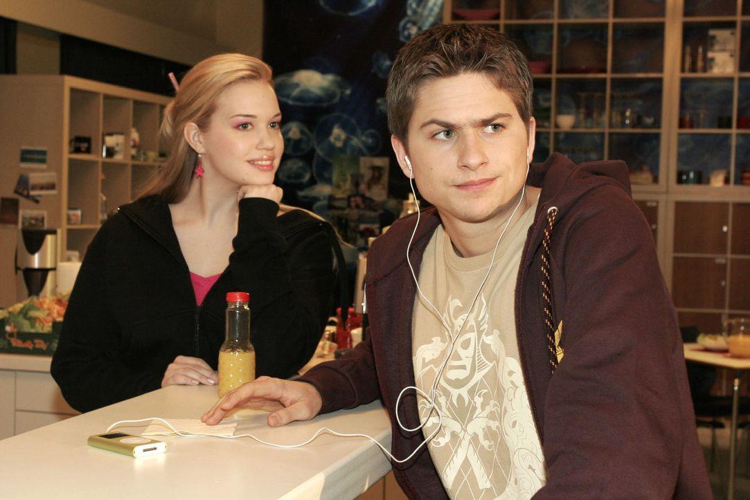 Kim (Lara-Isabelle Rentinck, l.) bemerkt belustigt Timos (Matthias Dietrich, r.) Frust darüber, dass sie mit jemand anderem geflirtet hat ... - Bildquelle: Noreen Flynn Sat.1