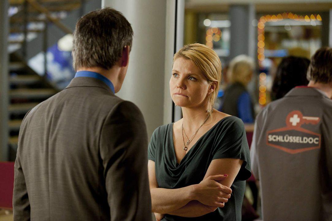 Während Danni (Annette Frier, r.) Oliver (Jan Sosniok, l.) dabei hilft, einen wichtigen Mandanten für die Kanzlei zu gewinnen, wird ihr klar, dass s... - Bildquelle: Frank Dicks SAT.1
