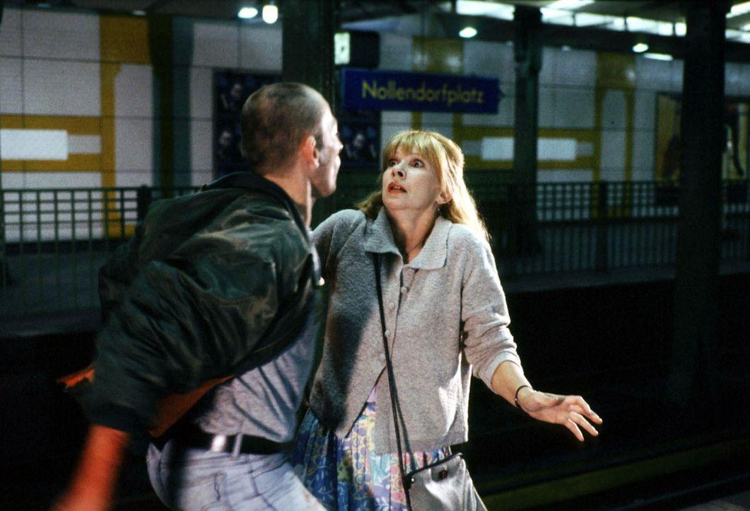 Doris Werner (Ursela Monn, r.) wurde Zeugin eines Verbrechens in der U-Bahn und ist bereit, eine Aussage bei der Kriminalpolizei zu machen. Doch Ski... - Bildquelle: Alfred Raschke Sat.1