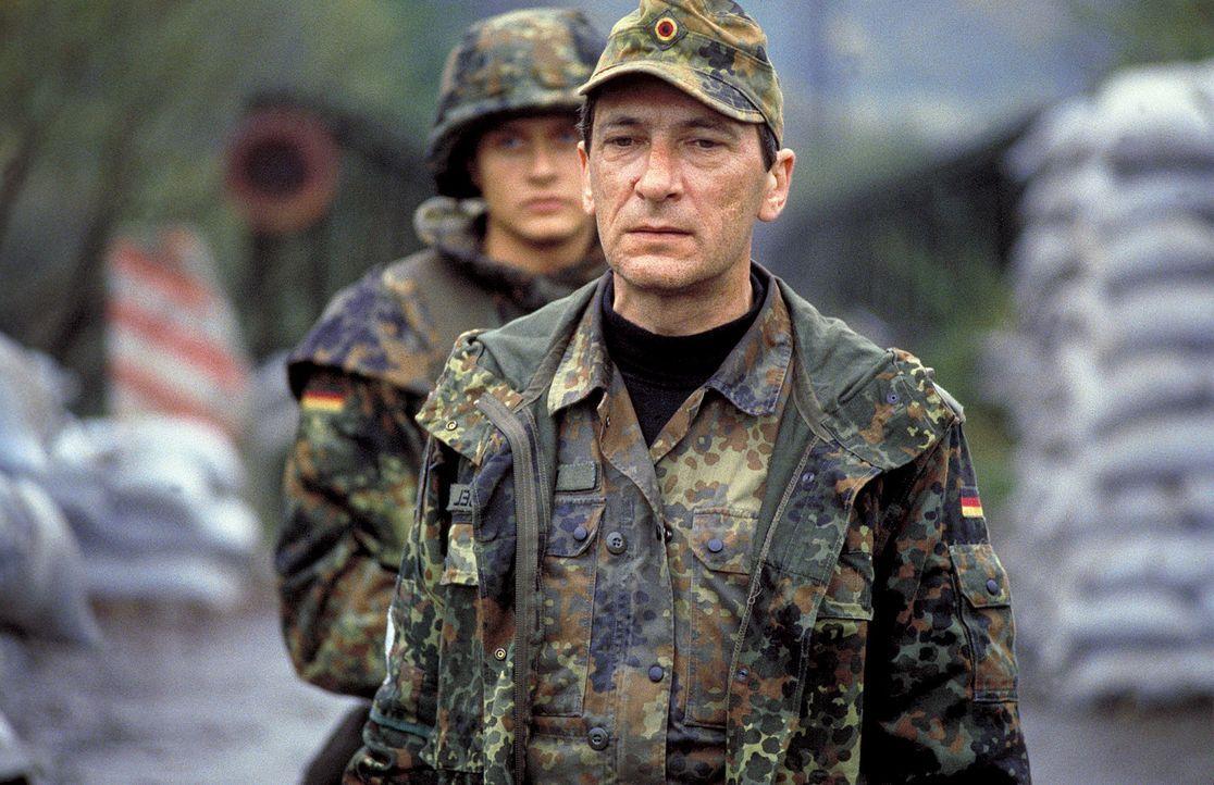 Erst spät erkennt Militärpfarrer Babel (Rudolf Kowalski.), dass nichts so ist, wie es scheint ... - Bildquelle: Jiri Hanzl ProSieben