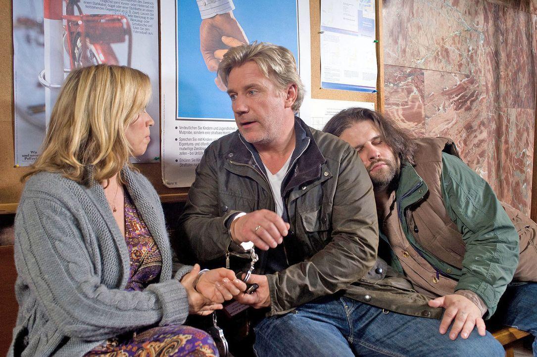Hannah (Tina Ruland, l.) erkennt ihren Mann (Jörg Schüttauf, M.) kaum wieder: Er tut etwas total Verbotenes und flieht mit ihr aus dem Polizeigewahr... - Bildquelle: Gordon Mühle Sat.1