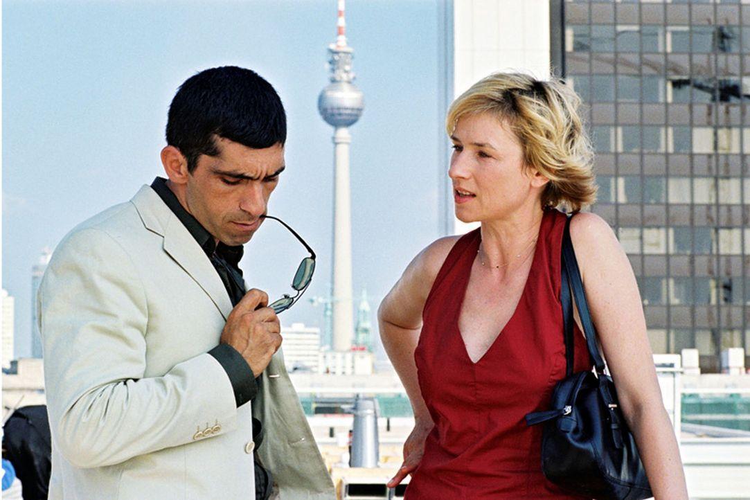 Eva Blond (Corinna Harfouch, r.), eine intelligente und mutige Polizistin, bekommt einen neuen Kollegen zur Seite gestellt - den Türken Alyans (Erda... - Bildquelle: Volker Roloff Sat.1