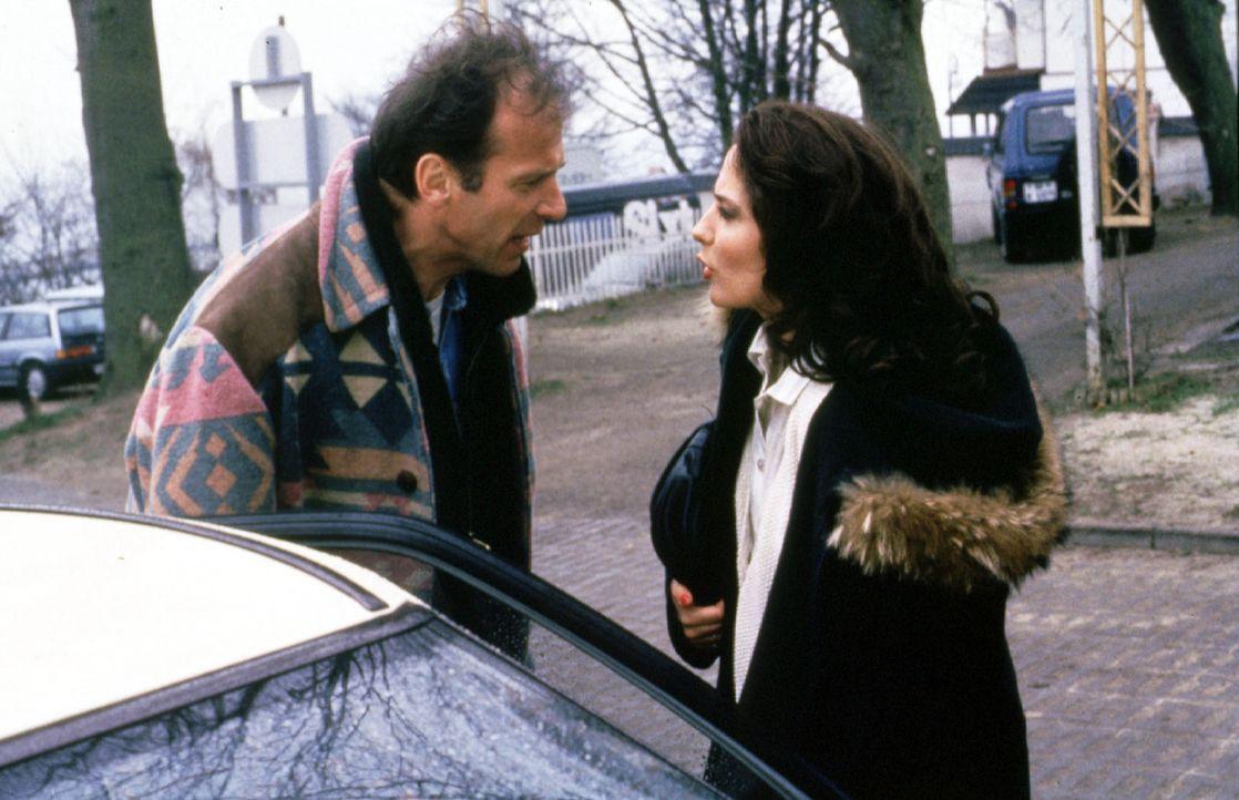 Nachdem Hanna (Simone Thomalla, r.) ihr Essen zu zweit mit dem Immobilienhändler Bode beendet hat, trifft sie auf Valentin (Wolfgang Fierek, l.) der... - Bildquelle: Conny Klein Sat.1