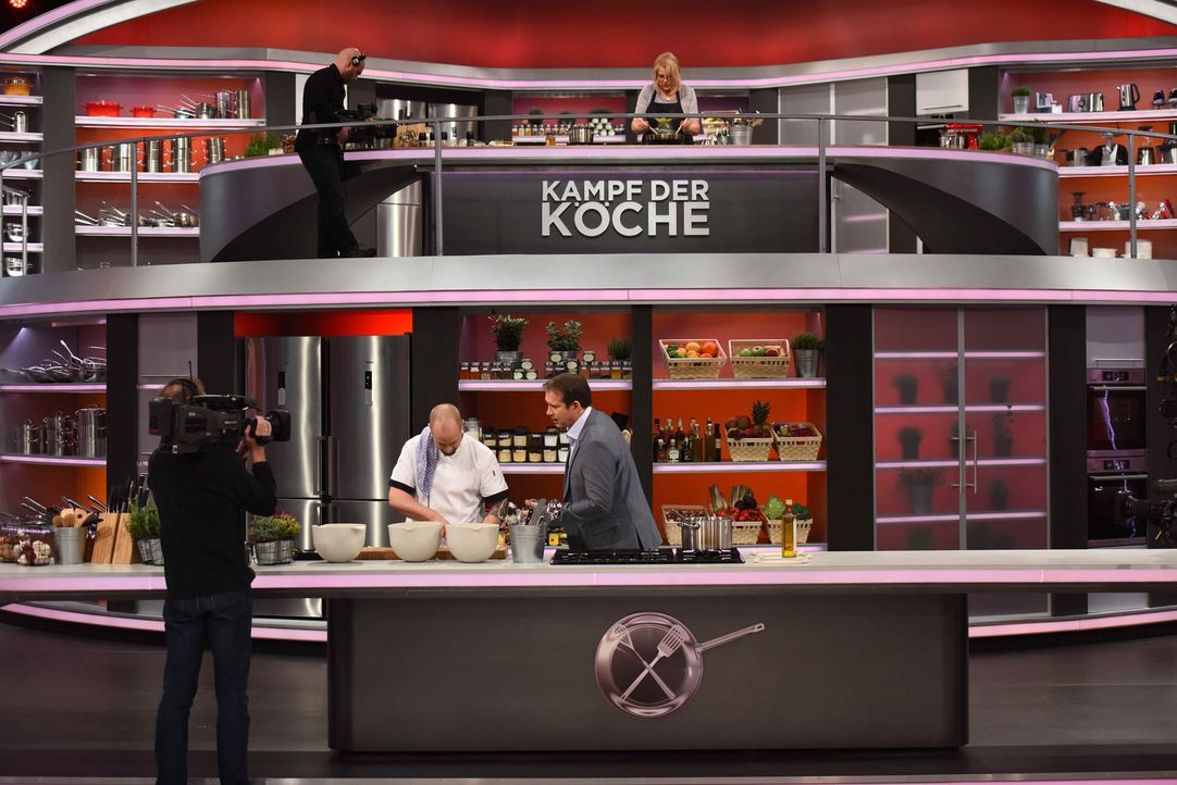 Amateur gegen Profi - wer gewinnt die Koch-Challenge? Sternekoch Alexander Herrmann (unten r.) lässt Hobbyköche mit drei erprobten Gerichten gegen d... - Bildquelle: Willi Weber SAT.1