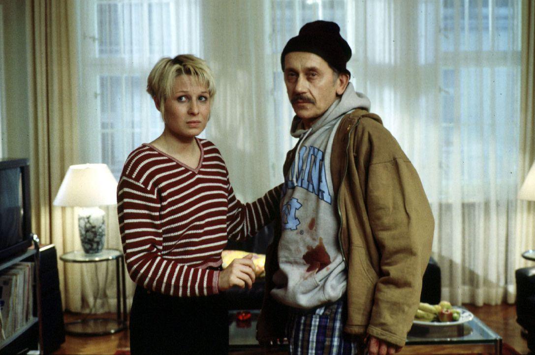 Der wegen Raubmordes verurteilte Brubeck (Tilo Prückner, r.) bricht aus der Haft aus und nimmt Verena (Nadine Seiffert, l.), die Tochter von Kommis... - Bildquelle: Alfred Raschke Sat.1