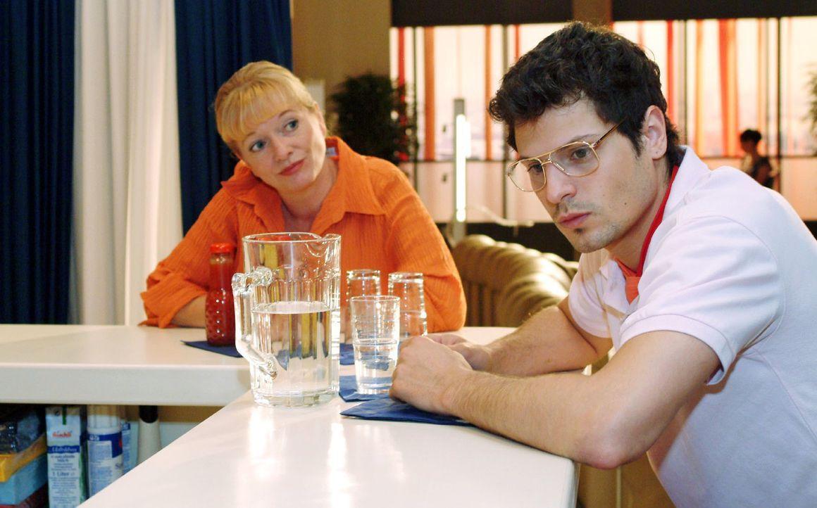 Helga (Ulrike Mai, l.) gibt Rokko (Manuel Cortez, r.) den Rat, in Sachen Lisa nicht aufzugeben. - Bildquelle: Monika Schürle Sat.1