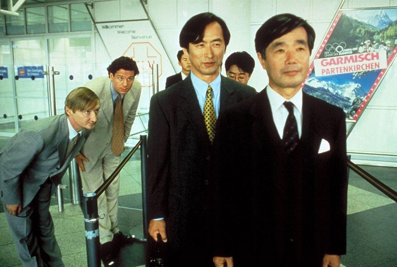 Sayonara: Um die Delegation für sich zu gewinnen, begrüßen Peter Merz (Thomas Heinze, r.) und Blaschke (Michael Schreiner, l.) die Japaner mit tiefe...