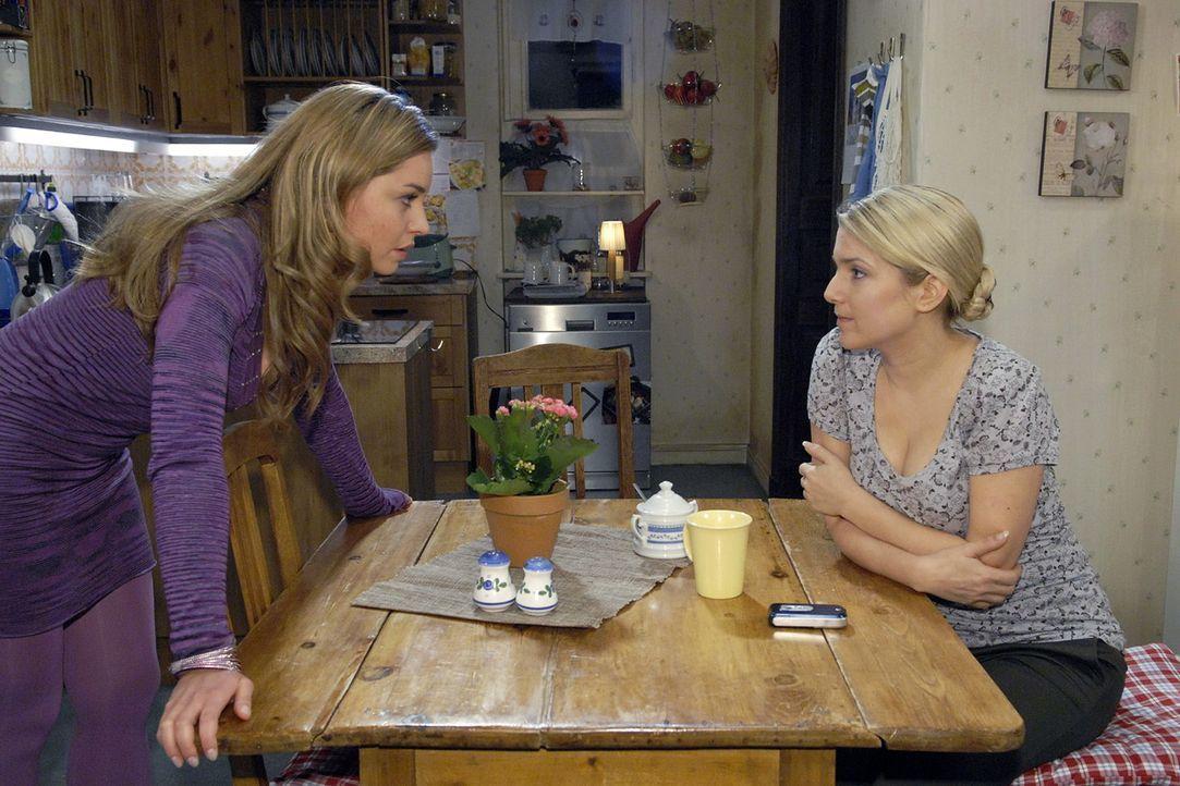 Katja (Karolina Lodyga, l.) gibt Anna (Jeanette Biedermann, r.) die Schuld, dass es zwischen ihr und Jonas kriselt ... - Bildquelle: Claudius Pflug Sat.1