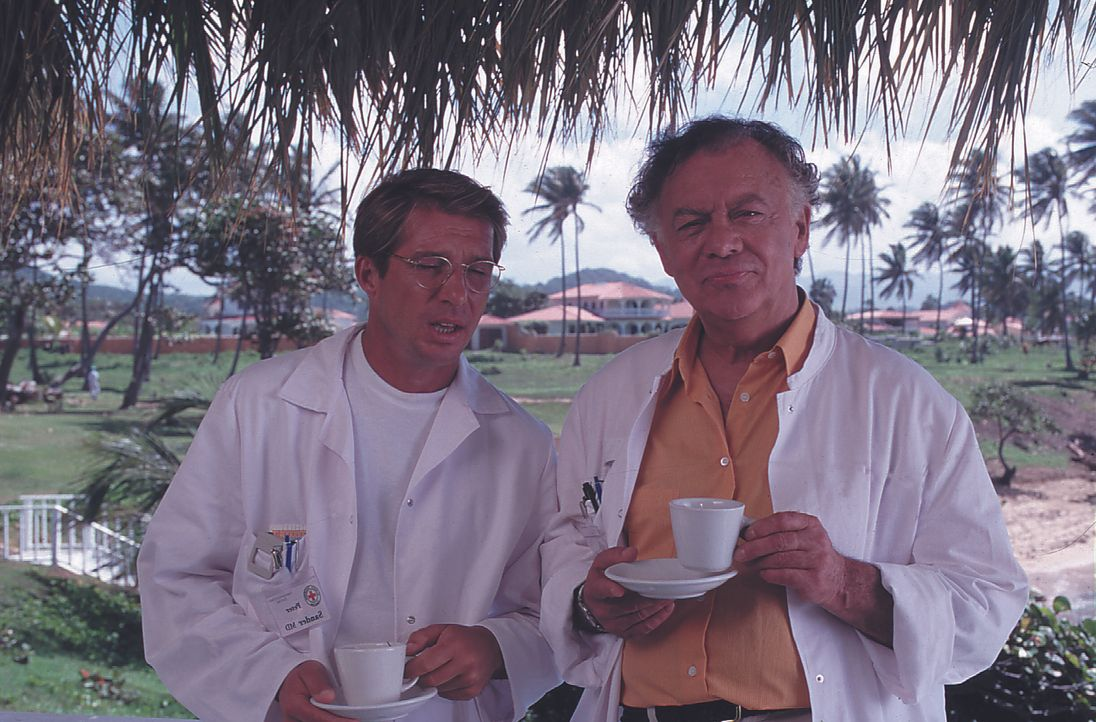 Dr. Peter Sander (Michael Lesch, l.); Dr. Frank Hofmann (Klausjürgen Wussow, r.) - Bildquelle: Lisa Film