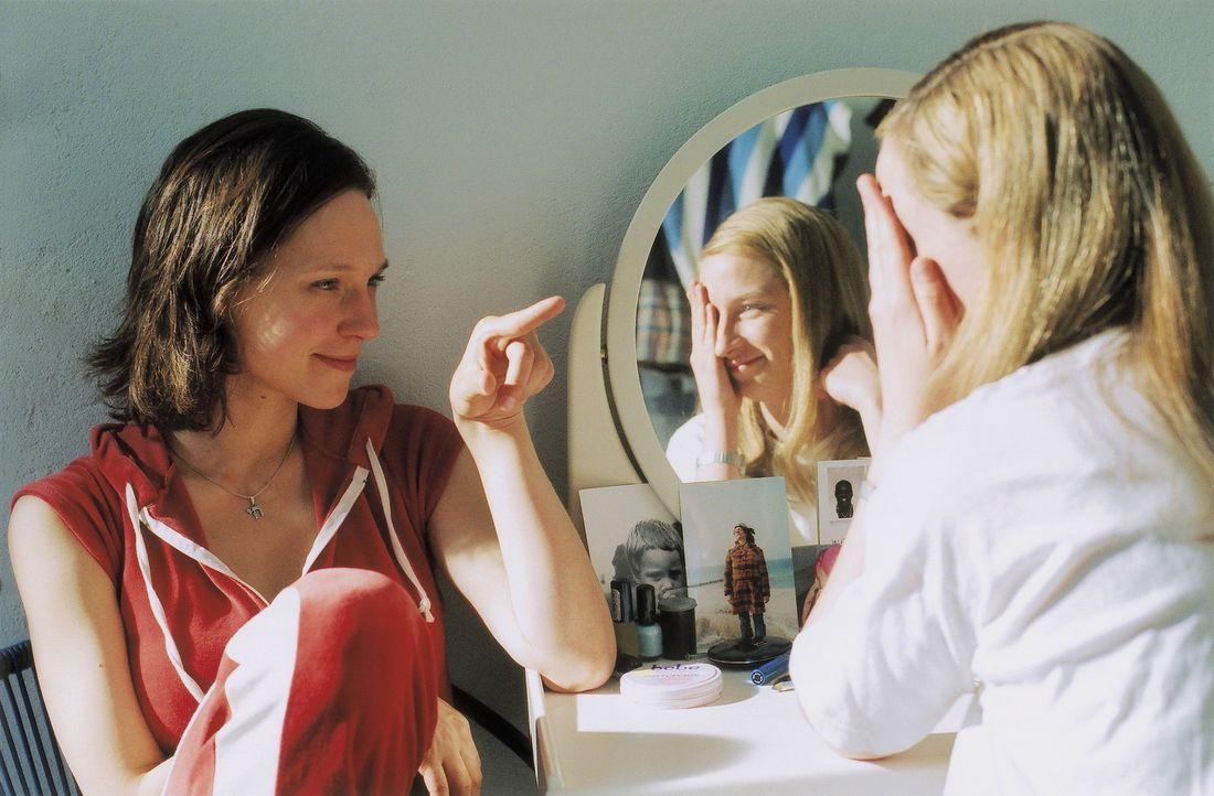 Nach und nach gesteht Julia (Sabine Timoteo, l.) ihrer Freundin Sandra (Fanny Staffa, r.) das ganze Ausmaß der Katastrophe ... - Bildquelle: David Baltzer ProSieben