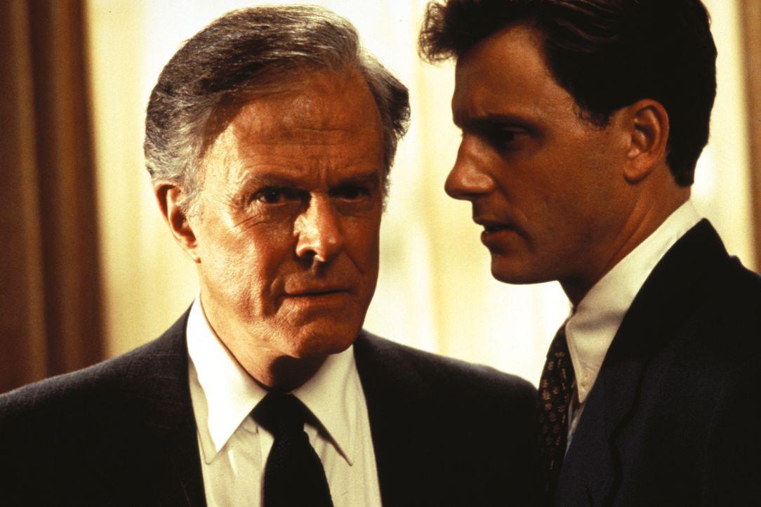 Schließlich ist sich Draby Shaw nicht mal mehr sicher, inwieweit der Präsident (Robert Culp, l.) der Vereinigten Staaten und sein Stabschef Fletcher... - Bildquelle: 1993 Warner Brothers