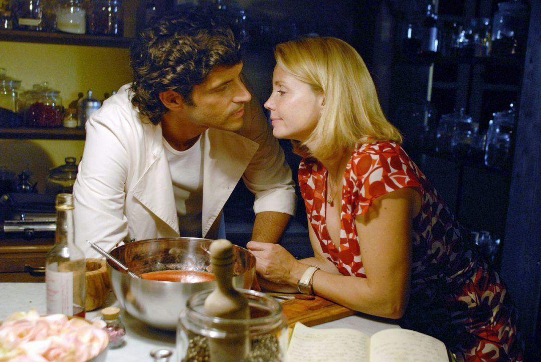 Lissy (Annette Frier, r.) ist gerührt, als Fabio (Pasquale Aleardi, l.) das letzte Rezept ihres Vaters - ein Eis für seine Tochter - für sie anrührt... - Bildquelle: Hardy Brackmann Sat.1