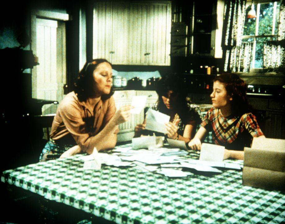 Mary Ellen (Judy Norton-Taylor, M.) und Elizabeth (Kami Cotler, r.) helfen ihrer berühmten Schwester Erin (Mary Beth McDonough, l.), die viele Vereh... - Bildquelle: WARNER BROS. INTERNATIONAL TELEVISION
