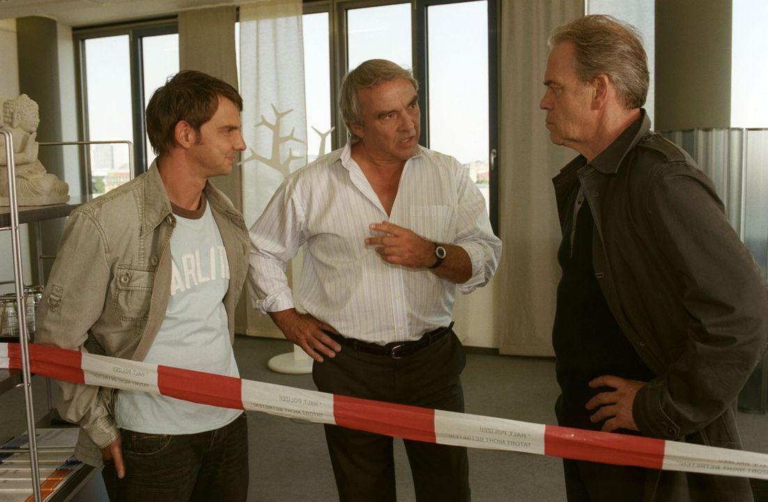 Dr. Schumann (Walter Kreye, M.) wird von Tom (Steven Merting, l.) und Kommissar Wolff (Jürgen Heinrich, r.) befragt, wie es dazu kommen konnte, dass... - Bildquelle: Claudius Pflug Sat.1