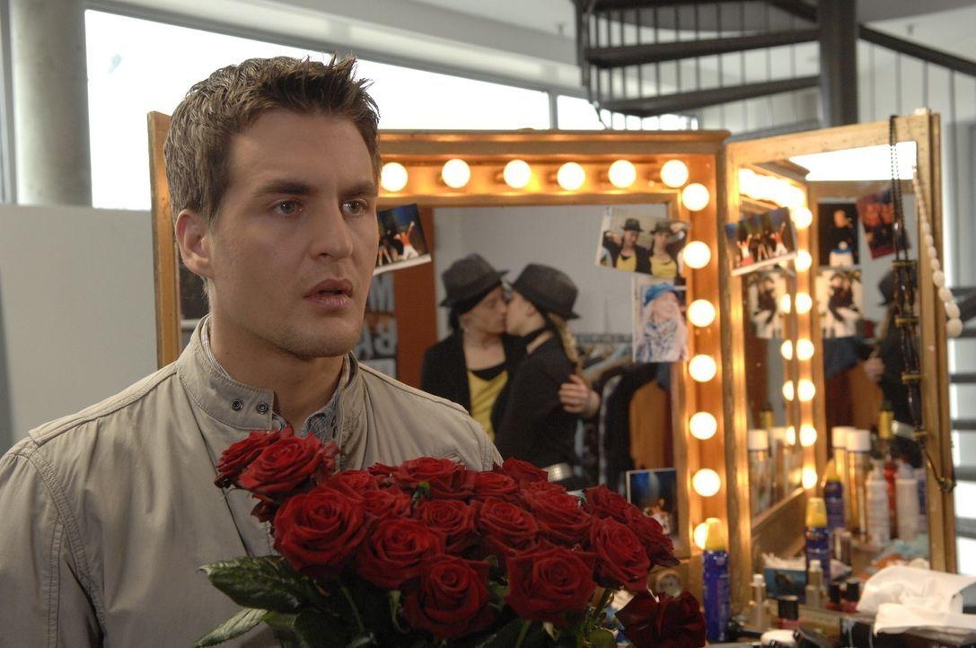 Lars (Alexander Klaws, l.) muss immer noch an Lily (Jil Funke, r.) denken. Er beschließt, um Lily zu kämpfen und reist nach Hamburg, um seiner Exfre... - Bildquelle: Claudius Pflug Sat.1