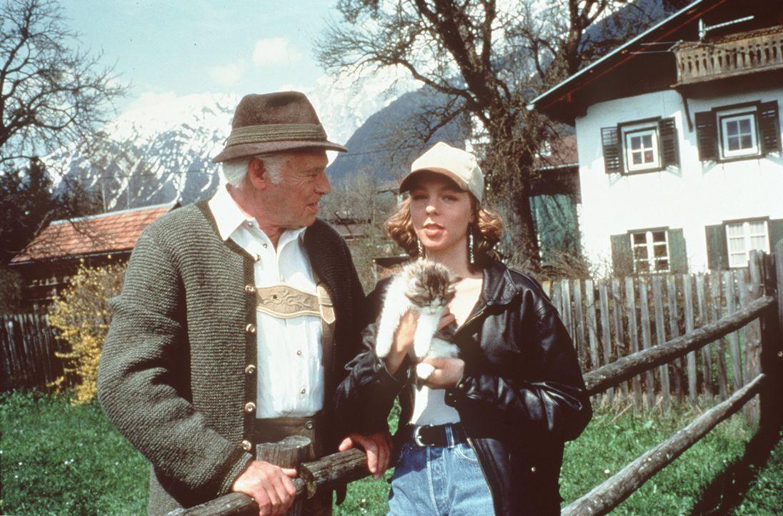 Dr. Pankraz Obermayr (Walther Reyer, l.); Liona (Joy Jung, r.) - Bildquelle: Beta Film GmbH