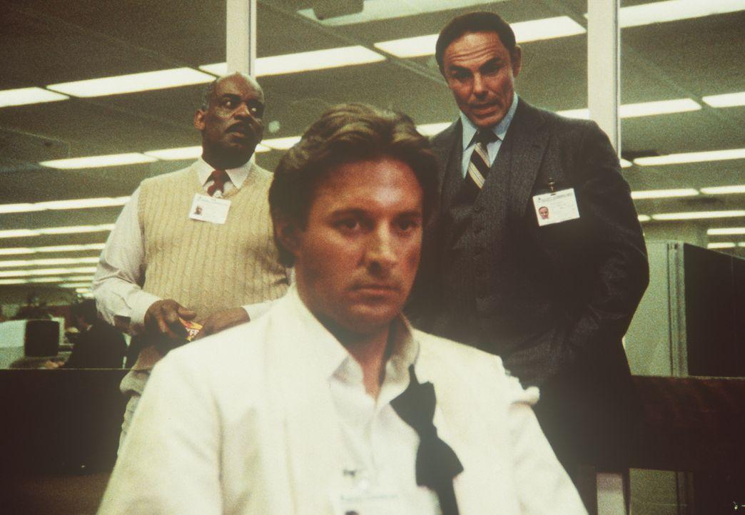 (v.l.n.r.) Billy (Mel Stewart), Lee (Bruce Boxleitner) und ihr Chef Dirk (John Saxon) haben eine ernste Auseinandersetzung über den Einsatz von Aman... - Bildquelle: CBS Television