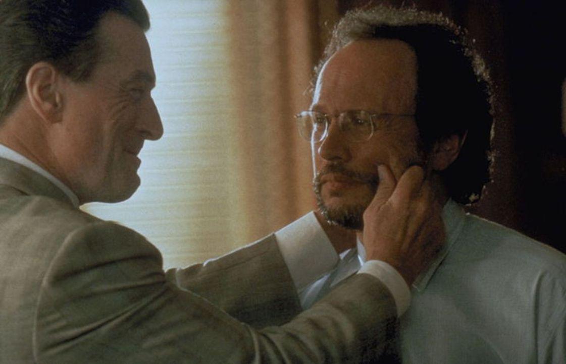 Die außergewöhnliche Begegnung zwischen Mafiaboss Vitti (Robert De Niro, l.) und Psychiater  Sobol (Billy Crystal, r.) gestaltet sich zunächst schwi... - Bildquelle: Warner Brothers International Television Distribution Inc.