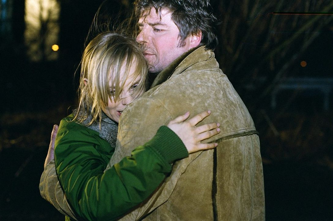 Jupp (Uwe Fellensiek, r.) tröstet Andrea (Friederike Kempter, l.). Sie hat gerade erfahren, dass Sascha auf Druck seines Vaters hinter ihrem Rücken... - Bildquelle: Thekla Ehling Sat.1